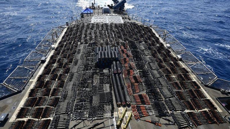 بحر العرب: سفينة حربية أمريكية تضبط شحنة أسلحة روسية وصينية ضخمة _118453824_ship_weapons