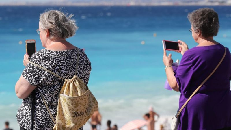 Mobile roaming: What will happen to charges after Brexit? _102822434_gettyimages-841532054