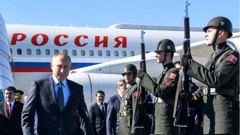 Путин спускается с самолета