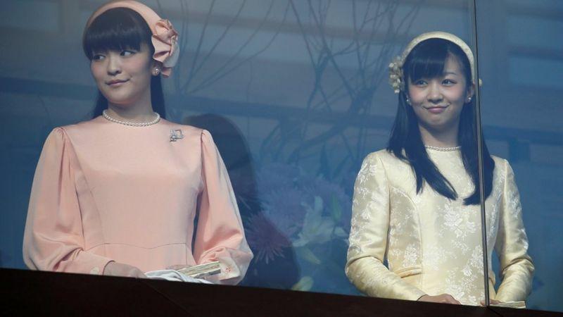 真子公主(左)和佳子公主(右)。两人都是天皇明仁次子文仁亲王的女儿。
