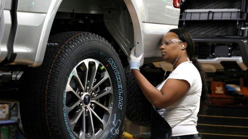 Trabalhadora em indústria automobilística