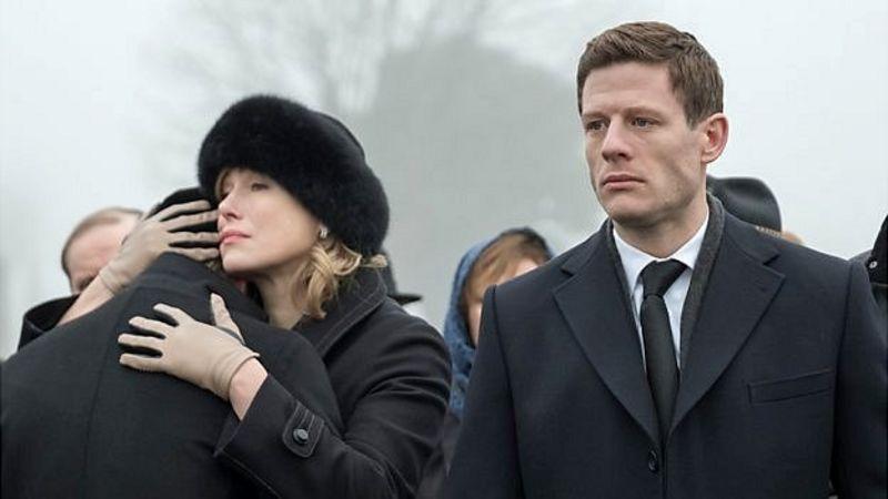 James Norton en el papel de Alex Godman y Maria Shukshina como su madre Oksana en el thriller de la BBC McMafia.