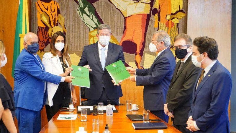 Paulo Guedes entrega a proposta de reforma ao presidente da Câmara, Arthur Lira