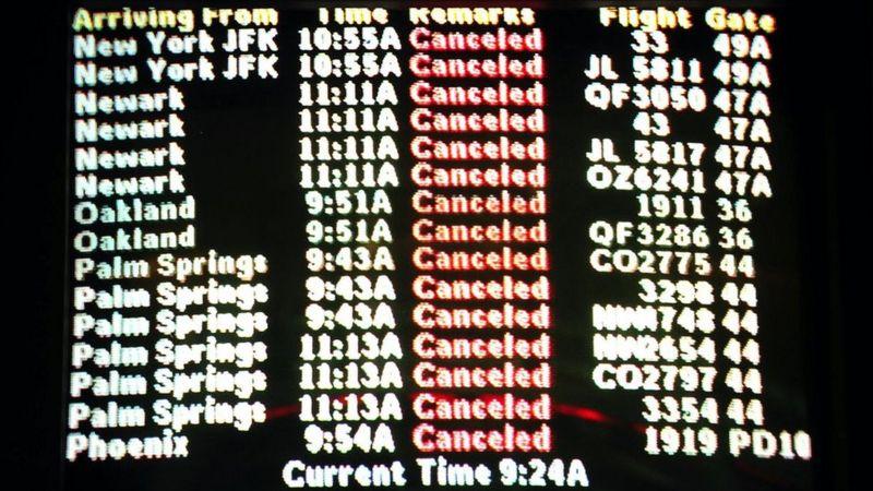 """Табло прибытия в аэропорту Лос-Анджелеса заполняется знаками """"рейс отменен"""" по мере того, как происходят атаки"""