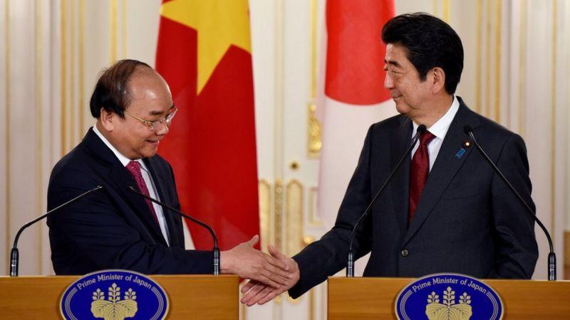 Thủ tướng Nguyễn Xuân Phúc và Thủ tướng Shinzo Abe có buổi gặp gỡ báo chí chung