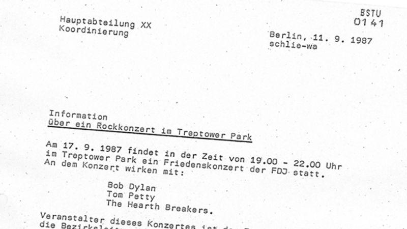 Dylan konseriyle ilgili bir Stasi raporu Tom Petty'nin grubu ile mücadele ediyor