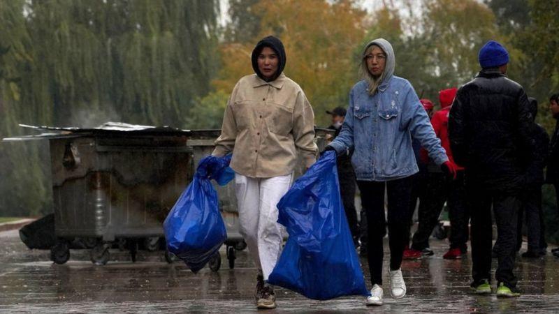 Молодые жители Бишкека убирали за протестующими площадь возле Белого дома