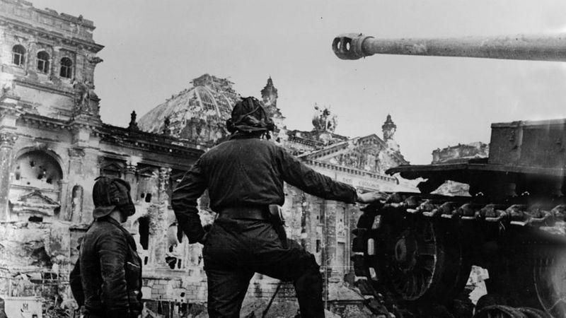 सन् १९४५ मा बर्लिनको सडकमा सोभियत सेना