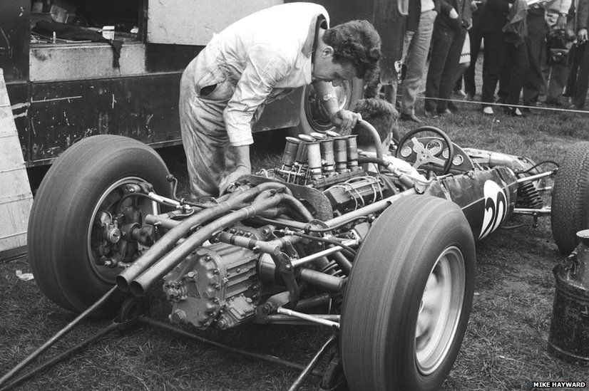 Mechanics warm up Jo Bonnier's Lotus Climax