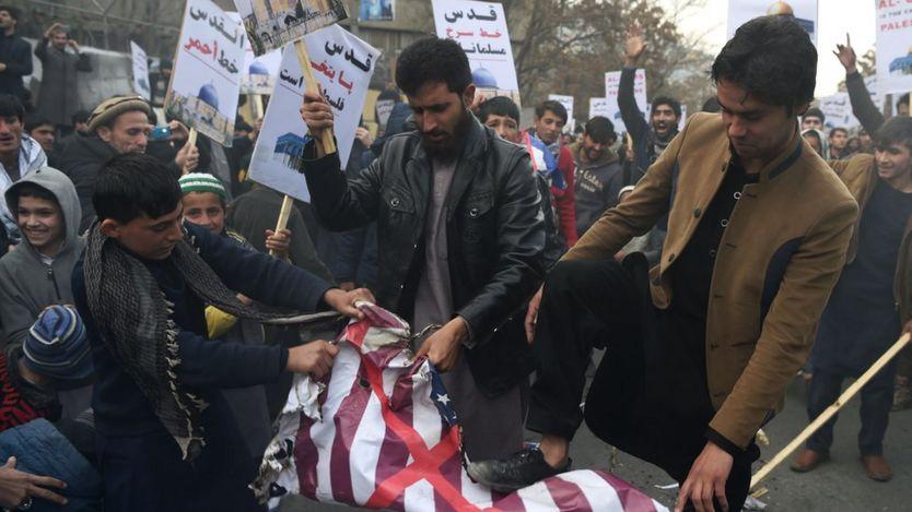 تظاهرات کنندگان در کابل افغانستان پرچم آمریکا را زیر پا گذاشتند