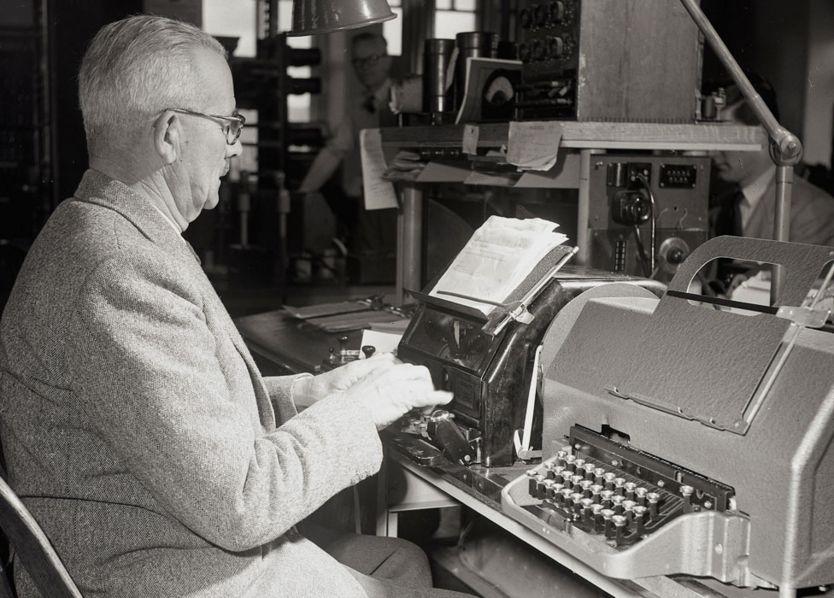 Un hombre enviando un telex en 1950