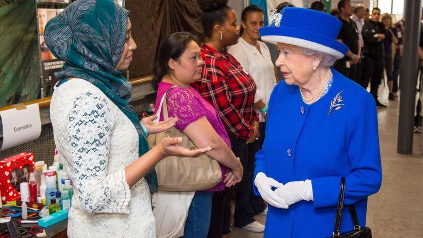 Kraliçe, yerel halkla buluşuyor