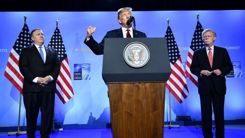 جان بولتون (راست) و مایک پومپئو (چپ)، چهرههای مرکزی دولت ترامپ هستند که به اتخاذ سیاستهای ضد ایران شهرت یافتهاند