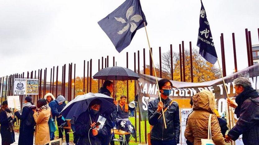 Nhân ngày kỷ niệm 30 năm đổ Tường Berlin, người Hong Kong và Tây Tạng phất cờ, biểu tình trong mưa ở thủ đô nước Đức để phản đối Bắc Kinh.