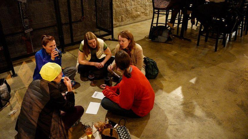 Jóvenes conversando en un restaurante