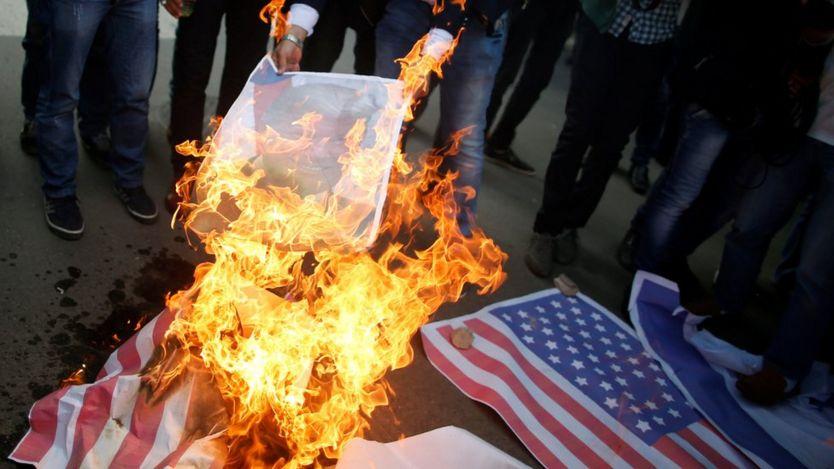 محتجون فلسطينيون يحرقون العلم الأمريكي في غزة
