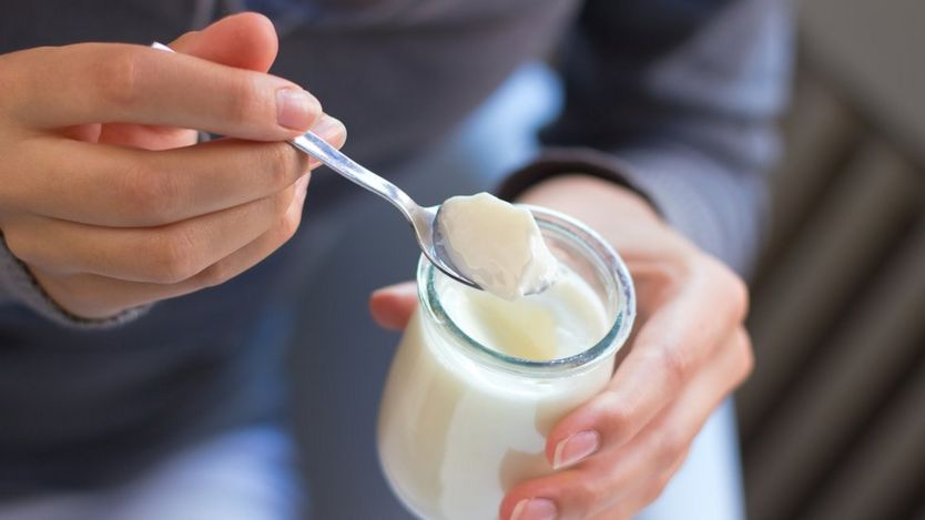 https://ichef.bbci.co.uk/news/834/cpsprodpb/12F96/production/_103481777_yoghurt1.jpg