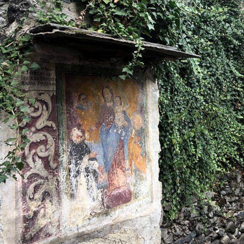 Afrescos antigos na parede de uma casa de Corippo