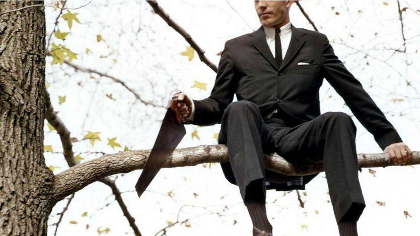 Человек пилит сук, на котором сидит