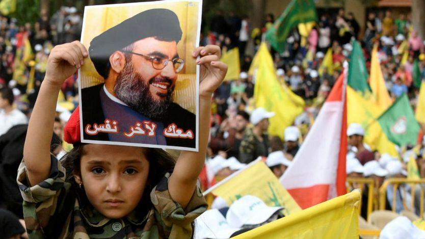 طفلة لبنانية ترفع صورة نصر الله في مسيرة تأييد
