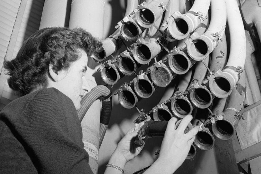 El sistema de tubos neumáticos de 1955 en uso en la oficina de Nueva York de la compañía financiera Merrill Lynch, Pierce, Fenner & Beane