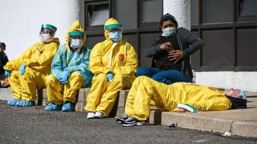 Các nhân viên y tế nghỉ ngơi trong lúc chờ đợi bệnh nhân xét nghiệm COVID-19 tại điểm thử nghiệm ProHEALTH ở Jericho, New York