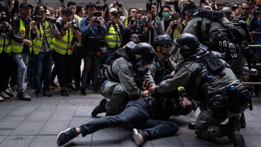 Cảnh sát chống bạo động bắt giữ một người biểu tình bên ngoài Chater Gardens trong cuộc biểu tình hôm 19/1 ở Hong Kong.