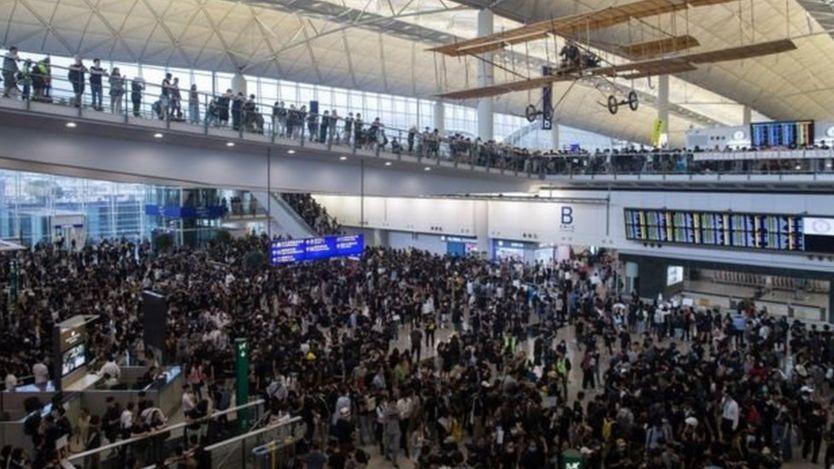 Pengunjuk rasa di bandara Hong Kong Senin (12/08).