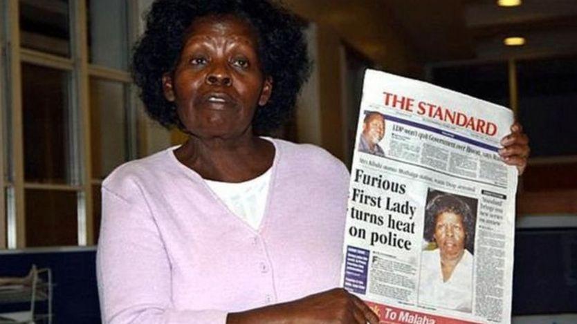 Keniyanın keçmiş birincin ledisi Lucy Kibaki 2005-ci ilin mayında keçirilən mətbuat konfransında jurnalistlərə qəzet göstərir