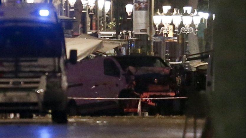 شاهدان عینی میگویند خودروی ون عامدانه به مردم دو سوی خیابان میزد