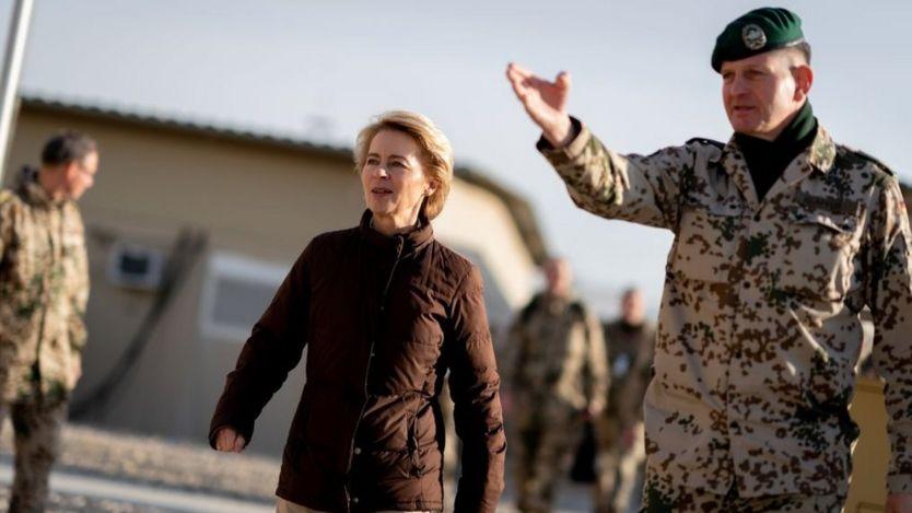Foto da ministra de Defesa Ursula von der Leyen em visita às Forças alemãs no Afeganistão em dezembro