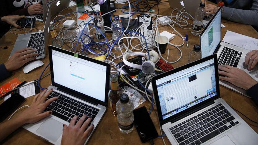 Personas trabajando con computadores