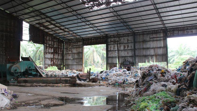 На заброшенной фабрике по переработке отходов в Куала-Лангат