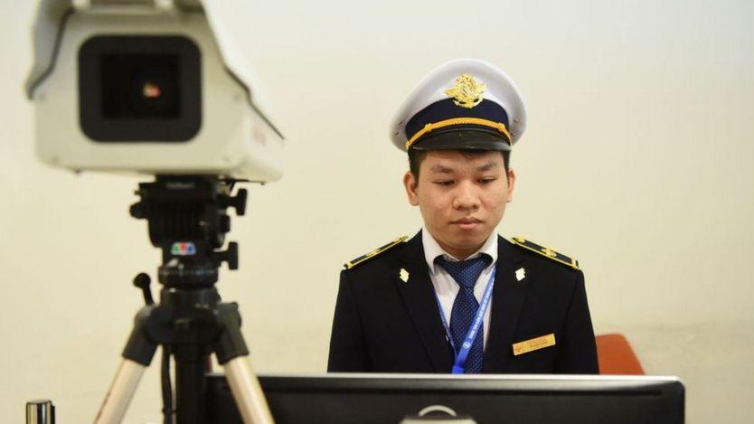 Kiểm tra thân nhiệt du khách tại Sân bay Quốc tế Nội Bài.