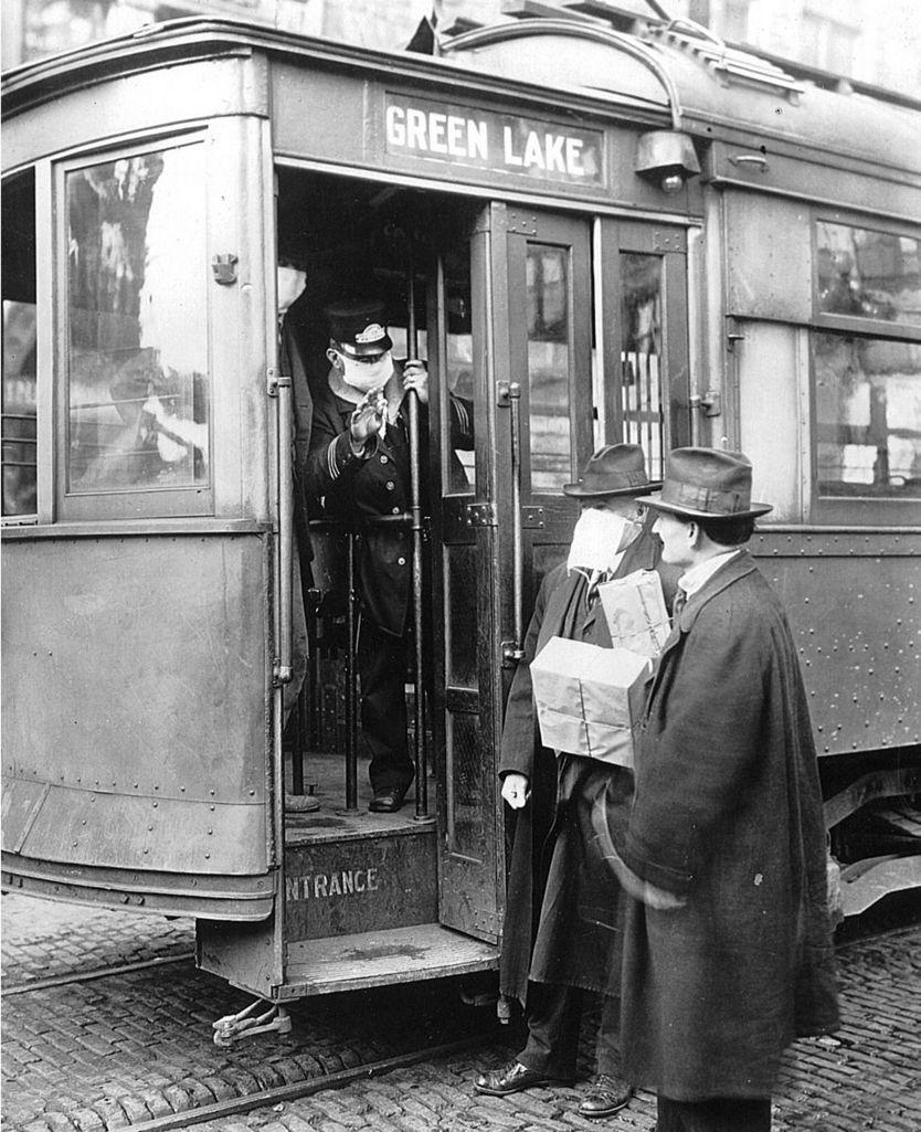 Un conductor de tranvía rechaza la entrada a un viajero que no usa máscara, Seattle, Washington, diciembre de 1918.