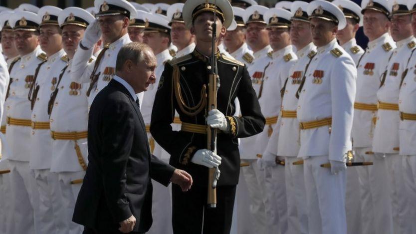 بوتين أثناء حضوره يوم القوات البحرية الشهر الماضي في سانت بطرسبورغ
