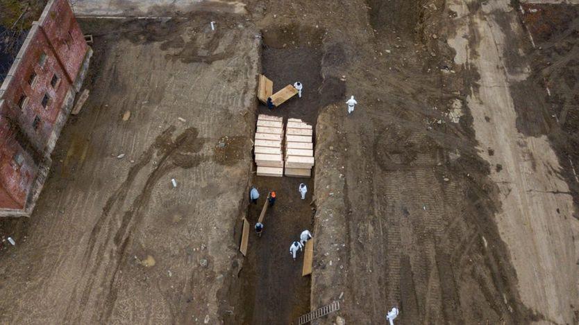 Khoảng 40 quan tài được chôn cất hôm thứ Năm