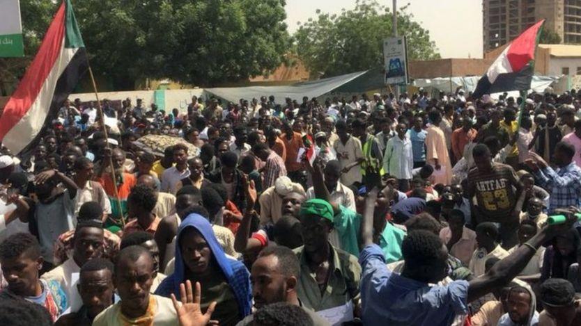 معترضان میگویند که شورای نظامی بخشی از حکومت پیشین است و در دست گرفتن اوضاع از سوی نظامیان را بر نمیتابند