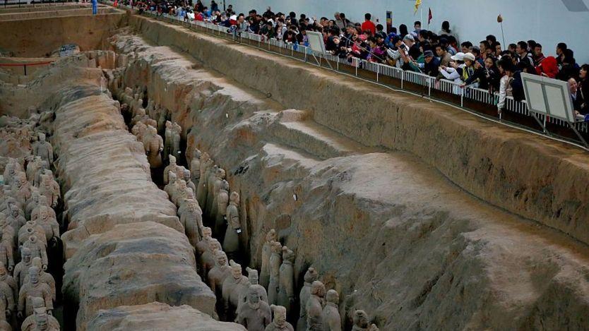 Tần Thủy Hoàng đã được chôn trong một lăng mộ khổng lồ, đến nay vẫn chưa được khai quật, có đội quân bằng đất nung ở vây quanh.