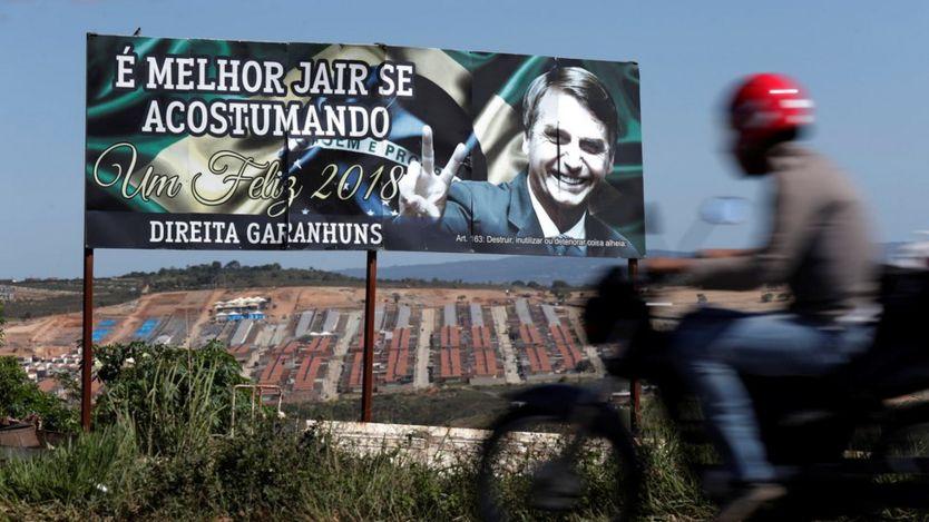 """Outdoor de apoio a Bolsonaro, com os dizeres """"É melhor Jair se acostumando"""" e """"Direita Garanhuns"""", em Garanhuns (PT), cidade de Lula"""