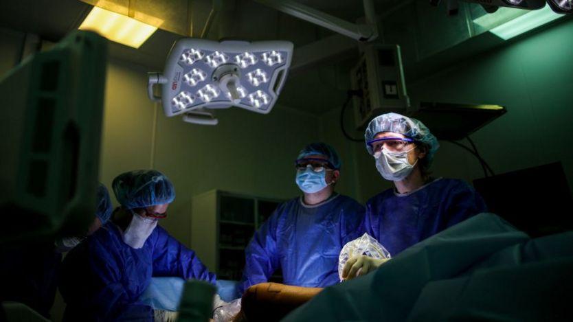 Doctores realizando una cirugía.
