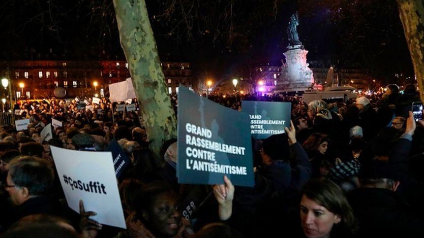 Протестующие во время митинга в парижской площади Республики