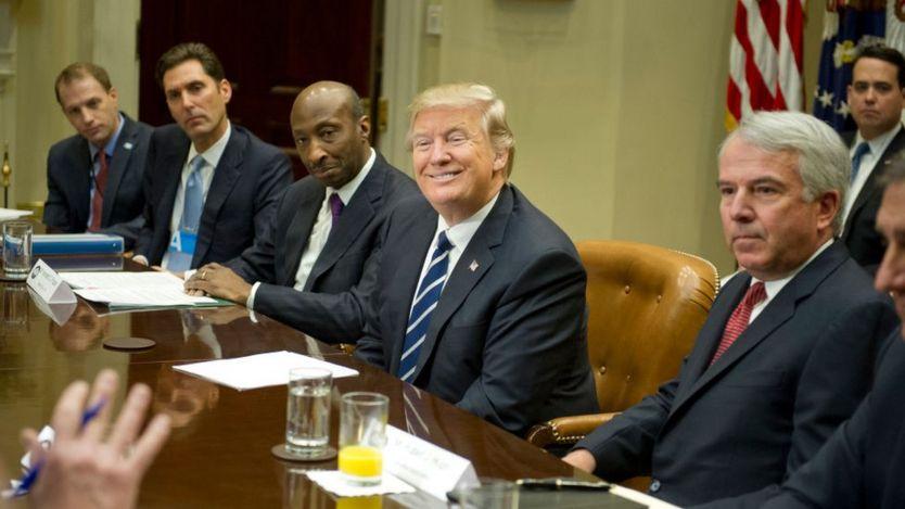 Trump con varios farmacéuticos