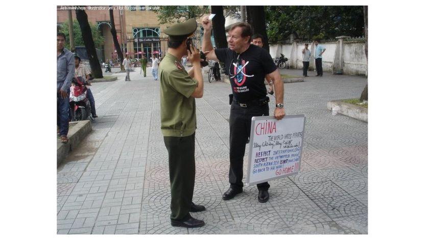 Ông Andre Menras Hồ Cương Quyết trong một lần đi biểu tình ở Việt Nam