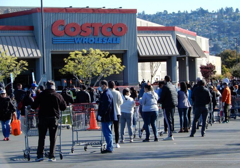 Xếp hàng trước cửa siêu thị Costco ở vùng Vịnh San Francisco