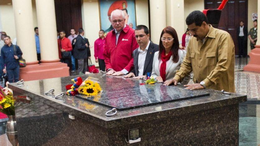 Ramírez y Maduro durante el entierro de Chávez.