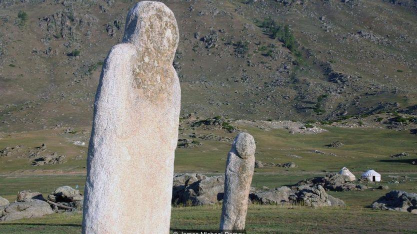 Những khối đá khổng lồ là những điều gợi nhớ về các nghi lễ tôn giáo do Genghis Khan thực hiện.