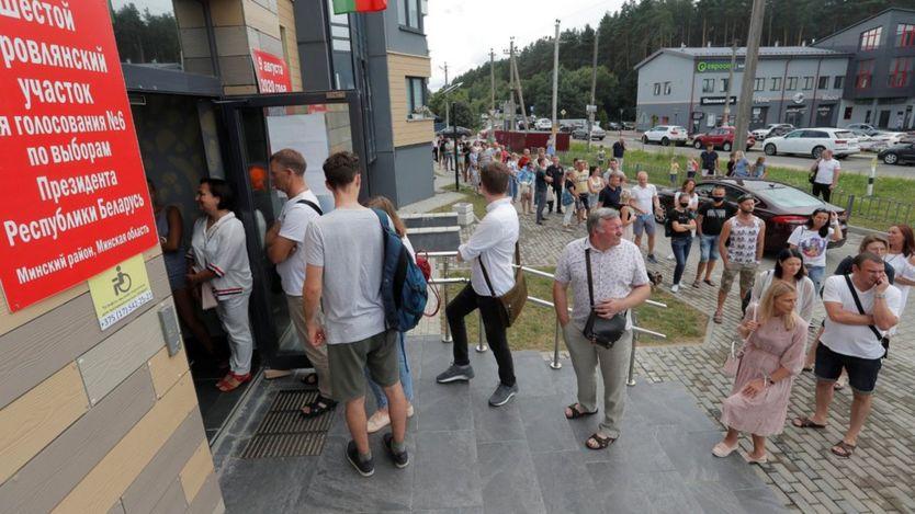 Люди выстраиваются в очередь у избирательного участка, чтобы проголосовать на президентских выборах в Боровлянах, Беларусь, 9 августа 2020 года.