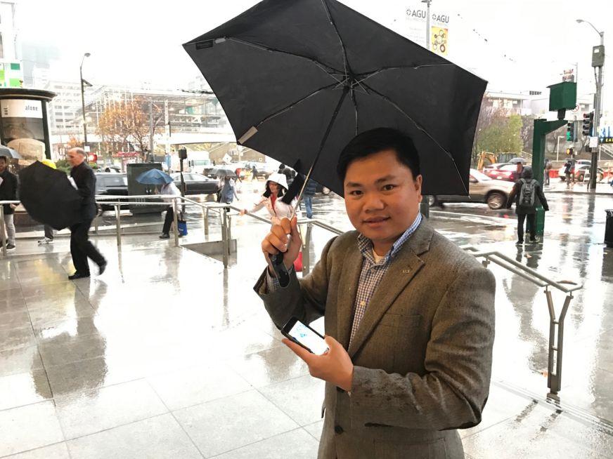 GS Nguyễn Đình Phú giới thiệu ứng dụng di động quan trắc mưa bằng vệ tinh trên thiết bị di động do nhóm chuyên gia của UCI phát triển tại Hội thảo AGU