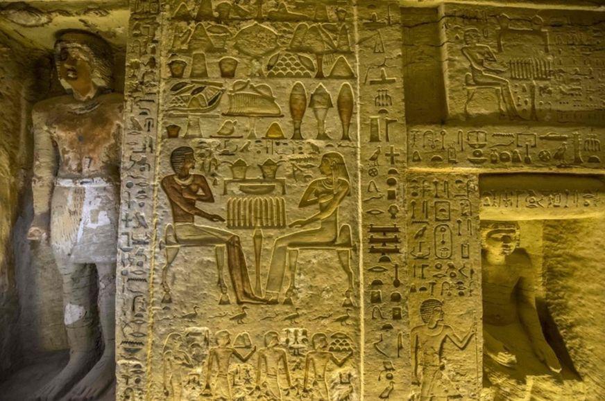 Las paredes de la tumba están cubiertas de jeroglíficos, el sistema de escritura del antiguo Egipto.